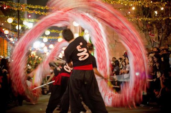 资料图片:在墨西哥首都墨西哥城,人们观看中国传统舞龙表演(2012年1月22日摄)。新华社发