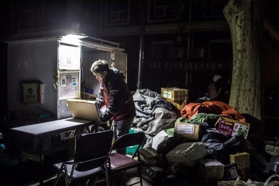 快递员每天早晨五六点起床,到晚上九十点钟才能结束工作。