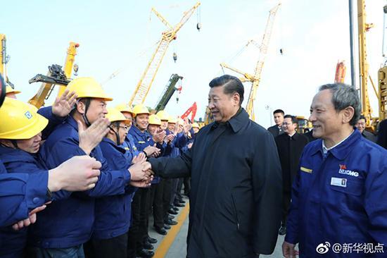 12月12日下午,习近平总书记前往江苏徐州考察。这是在徐工集团广场上,职工代表欢迎总书记到来。