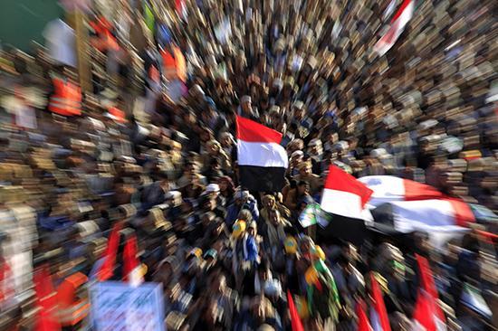 当地时间2017年12月5日,也门萨那,胡塞武装追随者集会庆祝也门前总统萨勒赫被反政府胡塞武装击毙。视觉中国 图