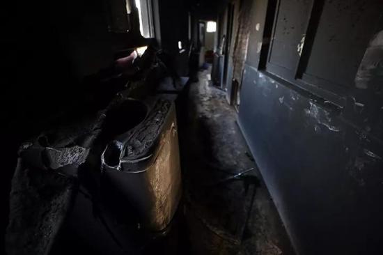 二楼被烧化的洗衣机和水管。