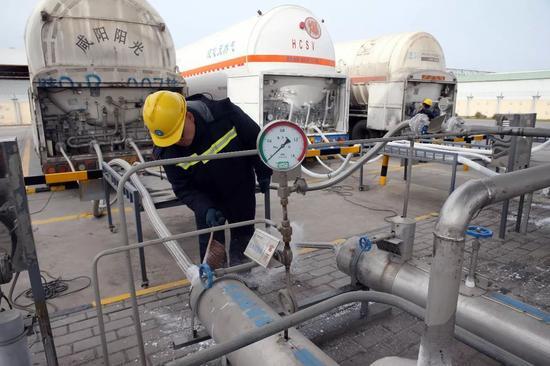 11月22日,西安秦华天然气有限公司LNG应急调峰站分外忙碌
