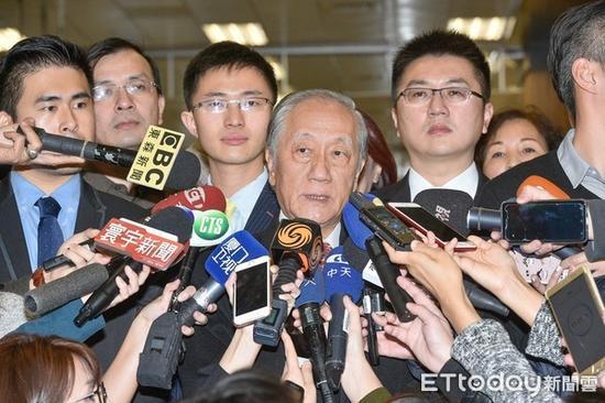 新党主席郁慕明接受记者采访