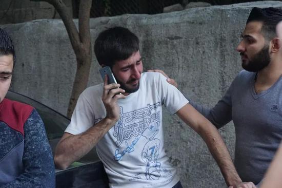 奥马尔在袭击现场告知亲人朋友遇难的消息