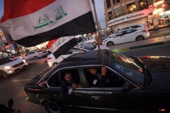 """△2017年12月10日,伊拉克巴士拉,伊拉克民众庆祝全面击败""""伊斯兰国""""极端组织。12月9日,伊拉克总理阿巴迪宣布,""""伊斯兰国""""被赶出伊拉克。"""