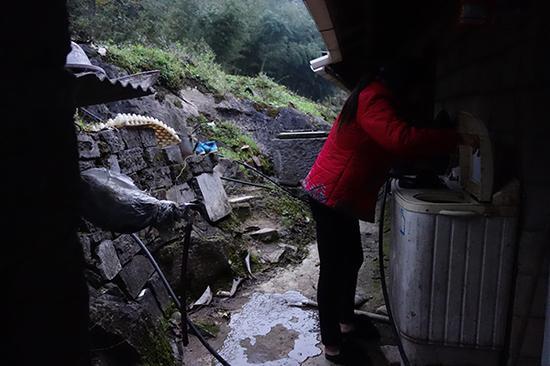 罗长姐孙媳妇刘文芳在给二叔祁才政洗衣服。