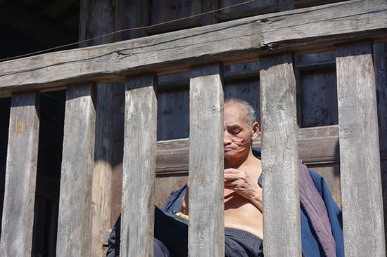 祁才政在环形栅栏内晒太阳。