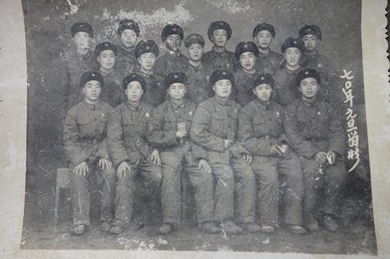 祁才政入伍时和战友的合影。