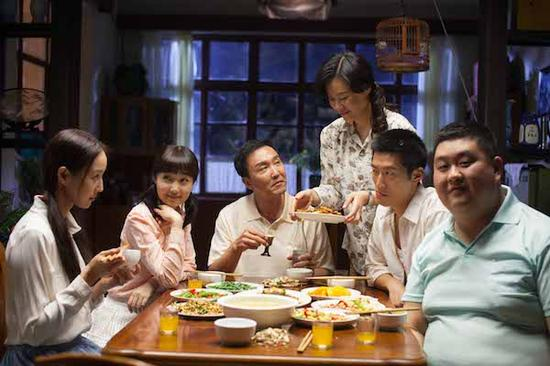 """两个单亲家庭每周六的固定晚餐,引发了一段爱情故事。6月上映的《六人晚餐》,改编自鲁迅文学奖得主、""""70后""""代表作家鲁敏的同名小说。"""