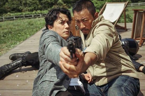 这个月上映的《追捕》,故事对于很多中国观众来说并不陌生,因为它翻拍自高仓健的那部著名作品。而《追捕》的原著则是日本作家西村寿行的《涉过愤怒的河》。翻拍的吴宇森导演,请来了日本影星福山雅治(左)出演。