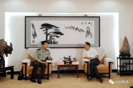 杨征(左)