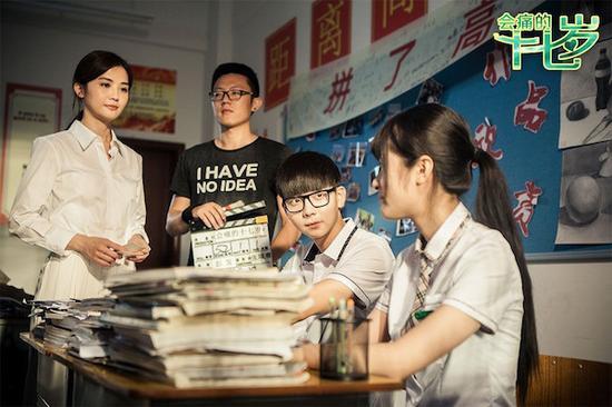 9月上映的《会痛的十七岁》,改编自饶雪漫的系列小说《我不是坏女生》,讲述了一段发生在高中的、17岁叛逆少女和学霸之间的故事。