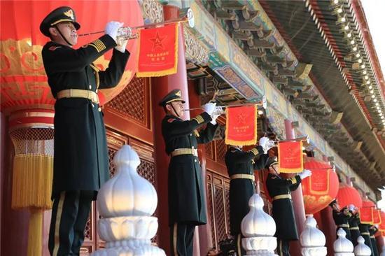 ▲1月1日晨,北京天安门广场举办盛大的升国旗典礼,这是由国民束缚军担当国旗保护义务后,初次举办的升旗典礼。图为礼号手在天安门城楼吹响升旗帜角。图片来改过华社