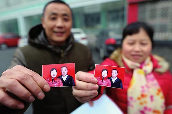 拍好的结婚照暂时还没贴在结婚证上。 三秦网 图