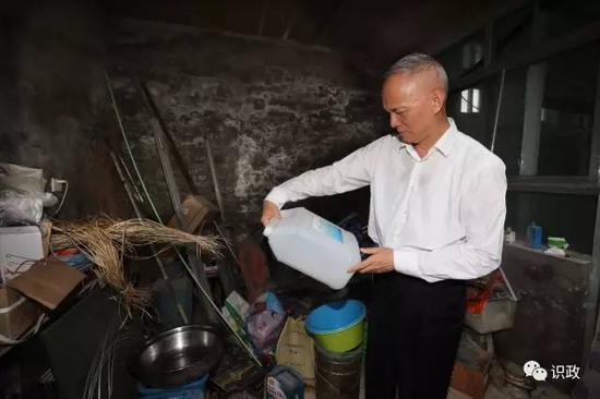 蔡奇随机走进青杨屯村民家了解情况。