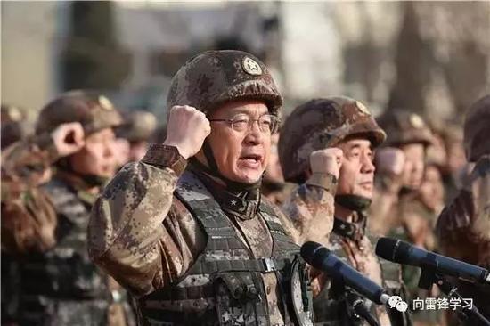 """王印芳带领官兵宣誓。(来源:""""向雷锋学习""""公众号)"""