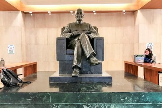 位于台湾政治大学图书馆的蒋介石铜像。(图片来源:台媒)