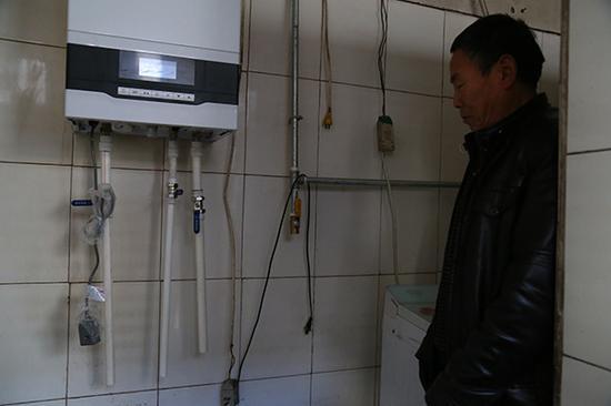 """12月17日,长治市关社村一村民家中,""""煤改气""""政府补贴的壁挂炉已经装进了厨房。"""