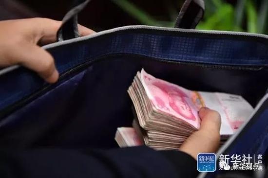 """赌博平台最有信誉的:湖南一名基层干部""""自首"""":上缴现金摞满桌子"""