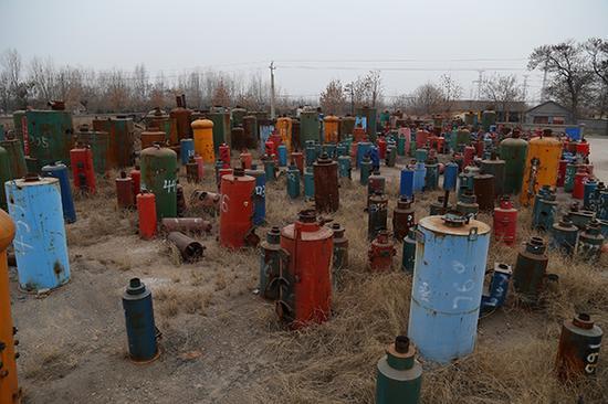 """12月13日,临汾市在""""煤改气(电)过程中拆除的锅炉被统一堆放在城郊一处场地中。"""