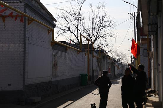 12月12日,太原市南下温村,村里从今年10月份就通了天然气,黄色的燃气管道贴着墙垣通进村户。 本文图片均为 陈兴王 摄