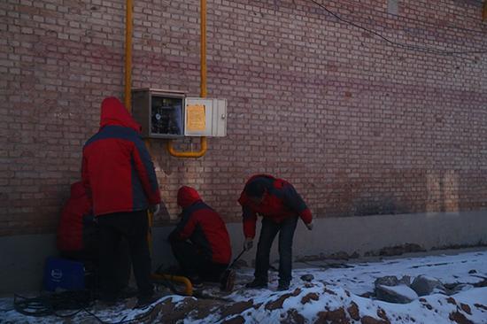 12月17日,长治市关社村,自然气施工职员还在加紧施工。