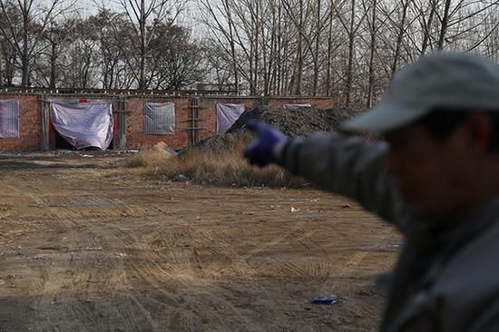 12月15日,临汾市城区一处老旧小区,小区原来供热燃煤锅炉放置的地方已经拆除改建为电力空气能供暖设施。