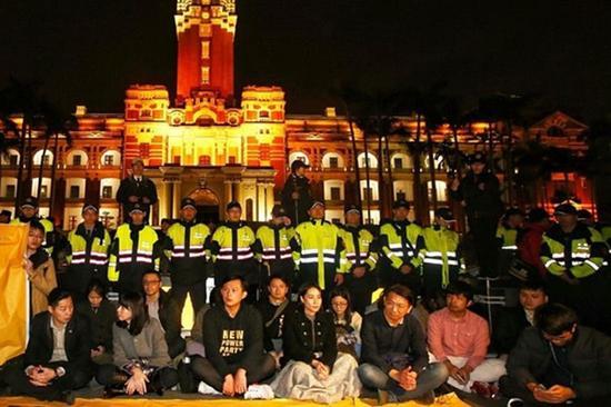 """""""时代力量立委""""在蔡英文办公室前绝食抗议。(图片来源:台媒)"""