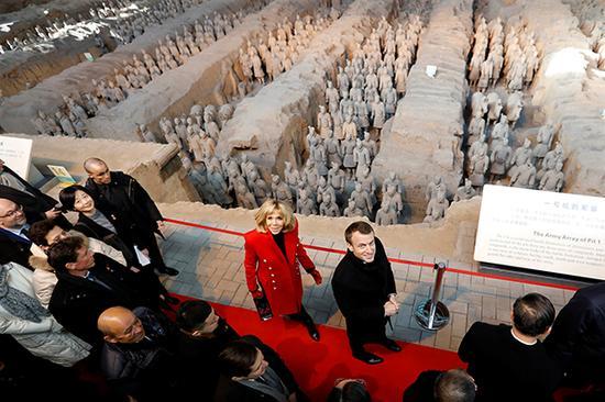 法国总统马克龙和夫人布丽吉特今抵西安展开三天对华国事访问,并参观秦始皇兵马俑、西安大清真寺、大慈恩寺和大雁塔。 本文图均为 视觉中国 图