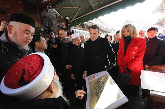 法国总统马克龙和夫人布丽吉特参观西安大清真寺。