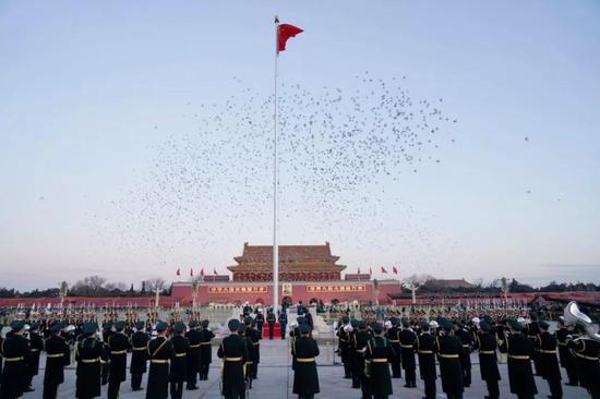 2018年1月1日晨,北京天安门广场举行隆重的升国旗仪式,这是由人民解放军担负国旗护卫任务后,首次举行的升旗仪式。新华社记者邢广利 摄