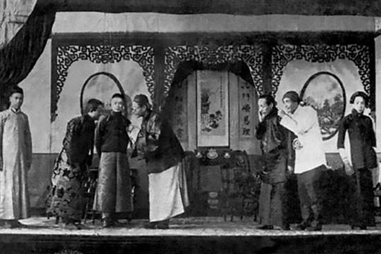 他(左二)在《仇大娘》中饰演女主角范慧娘。