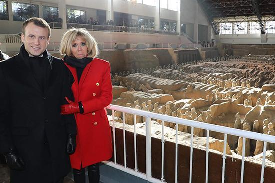 法国总统马克龙和夫人布丽吉特参观秦始皇兵马俑。