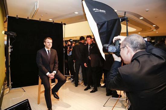 2018年1月9日,北京,中法人工智能论坛和经贸签约仪式在SOHO 3Q举行,SOHO中国董事长潘石屹给法国总统马克龙拍摄证件照。