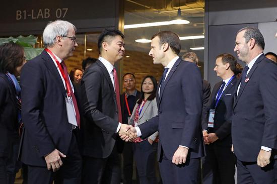 2018年1月9日,北京,中法人工智能论坛和经贸签约仪式上,法国总统马克龙与京东CEO刘强东握手。 视觉中国 图