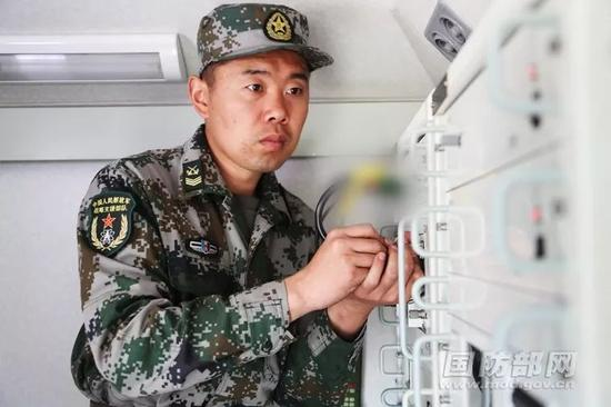 ▲资料图片:2016年9月,战略支援部队进行作战演练。图为战略支援部队某旅士官对数据传输情况进行检测。