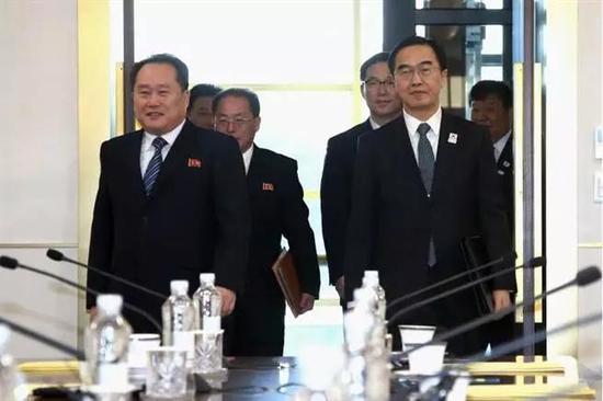 朝韩双方谈判代表进入板门店非军事区会场。(图/美联社)
