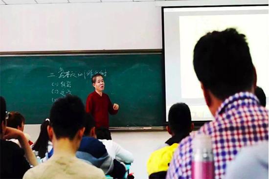 沈军队在给学生讲课。