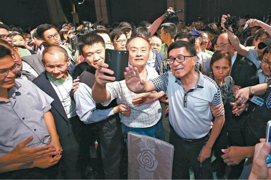 """陈水扁出席活动如""""巨星"""",遭讽""""媲美汤姆克鲁斯""""。(图片来源:台媒资料图)"""