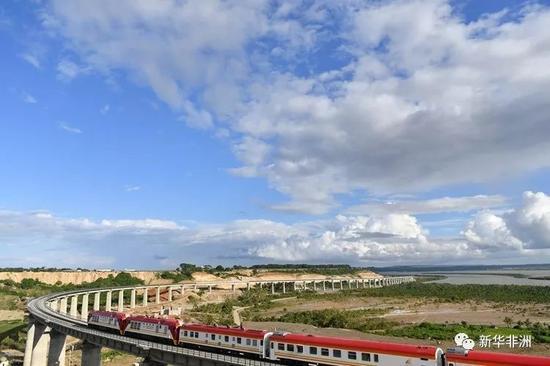 2017年5月29日,一列肯尼亚蒙内铁路测试列车行驶在蒙巴萨特大桥上。新华社记者 孙瑞博摄