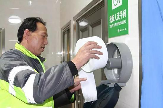 """太能""""扯""""!公厕试点免费物品 有人竟然将整卷厕纸全部带走"""
