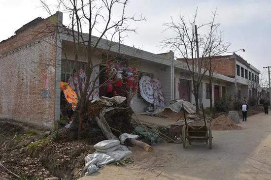 周至县尚村镇神灵寺村,喻娜娜家正为其筹办葬礼。