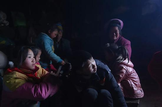 张兴珍(左边女孩)回到家后,去邻居家张庭贵(男孩)家玩耍,张庭贵从浙江转学过来。