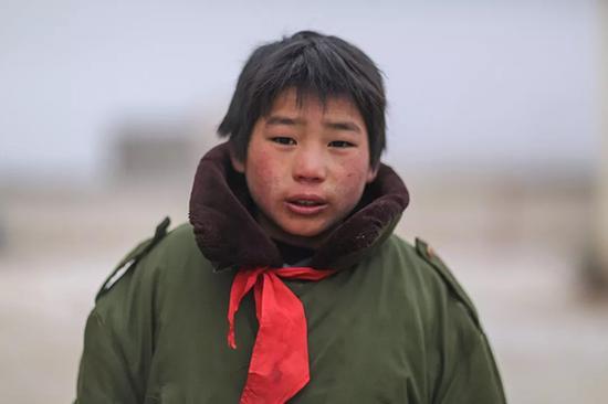 13岁石板沟村的陶正权,穿着父母留下来的军大衣