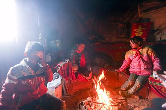 路子鹏(左一)也是从浙江转学来的,刚开始上学脚上都起水泡,慢慢坚持下来,入学已有半年多。
