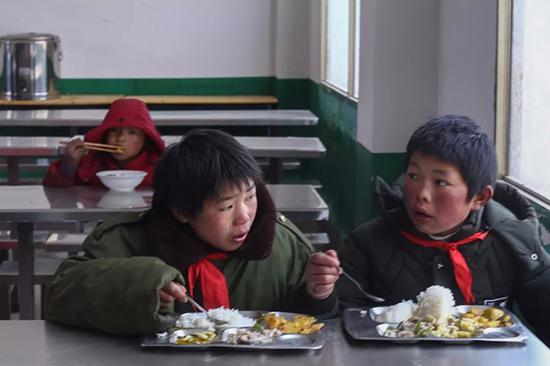 13岁石板沟村的陶正权(军大衣男孩)。