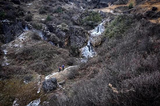 学路不止结冰,还有很多都是坡道、沟壑。