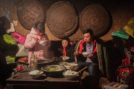 """""""冰花男孩""""一家三口难得一起坐下来吃饭,妈妈离家出走一点消息都没有。"""