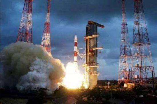 图为印度PSLV型火箭发射时的场景