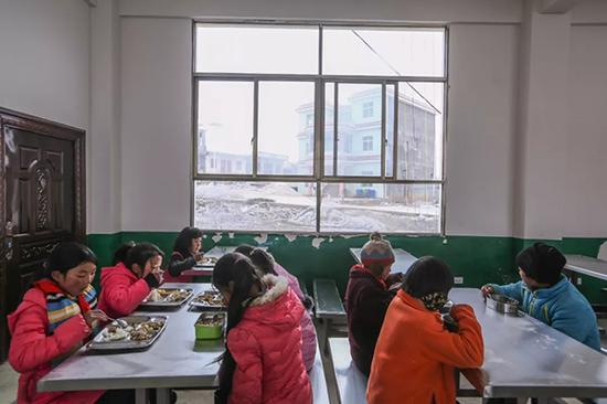 孩子在学校食堂就餐,午饭对他们来说就是一天中最好的饭菜。